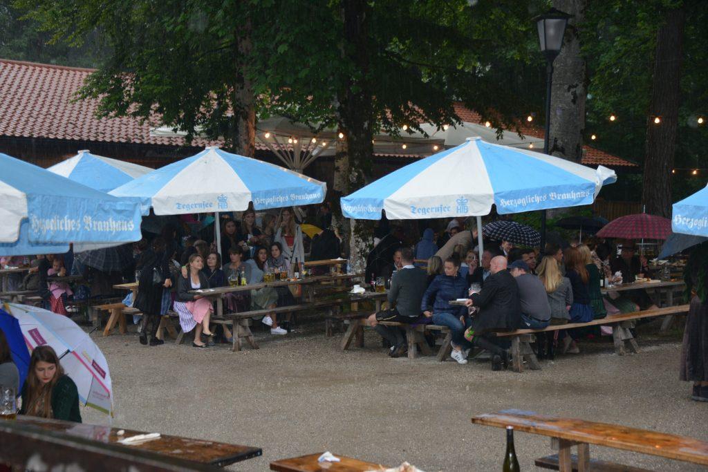 SC Rottach-Egern Waldfest Besucher Bier Hendl Regenschauer